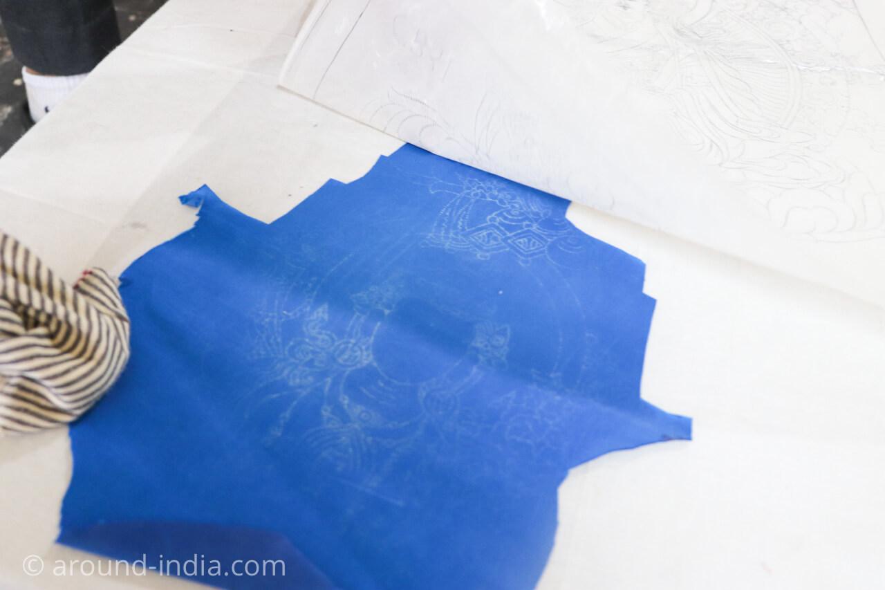ダラムサラのノルブリンカチベット芸術 ダラムサラのノルブリンカチベット芸術 布のタンカ 上からこすって下絵を移す