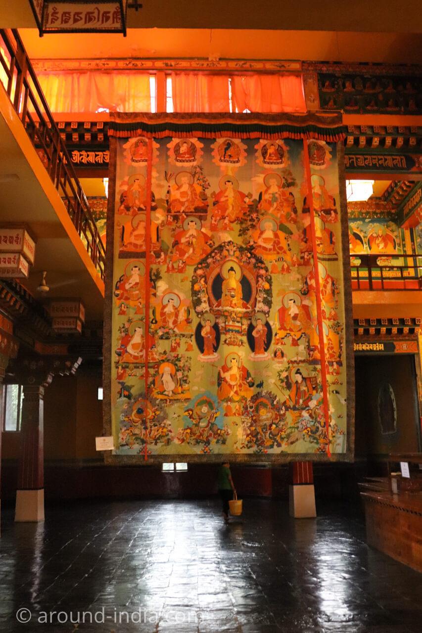 ダラムサラのノルブリンカチベット芸術 ダラムサラのノルブリンカチベット芸術 奉納された巨大タンカ