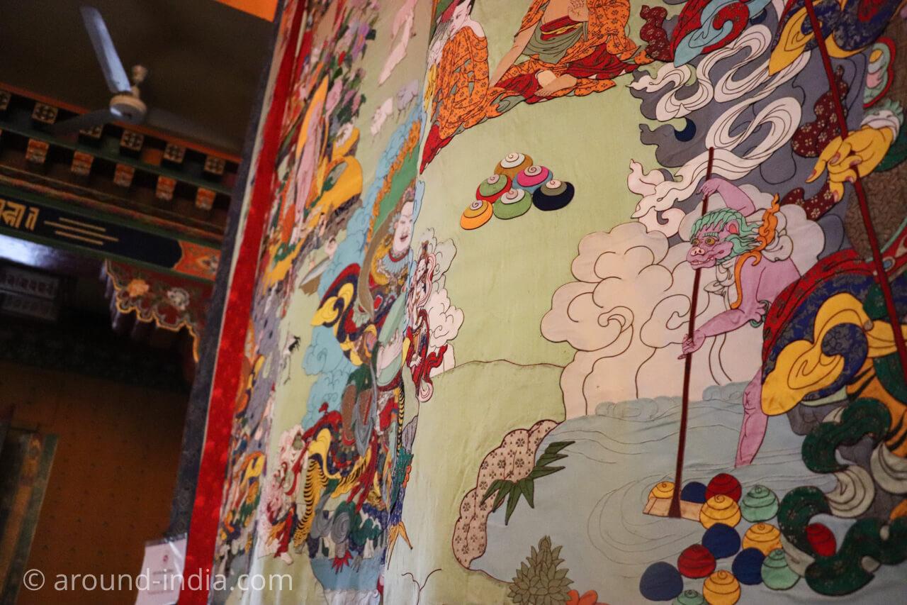 ダラムサラのノルブリンカチベット芸術 ダラムサラのノルブリンカチベット芸術 巨大タンカのアップ