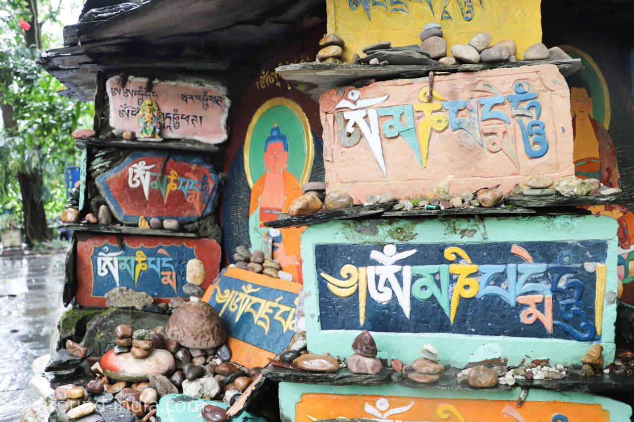 ダラムサラのノルブリンカチベット芸術 ダラムサラのノルブリンカチベット芸術 積まれた石
