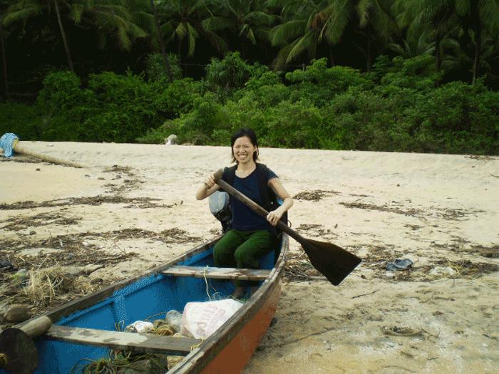 日帰り小旅行エリマラビーチで船に乗っているAROUND INDIAの田村ゆみ