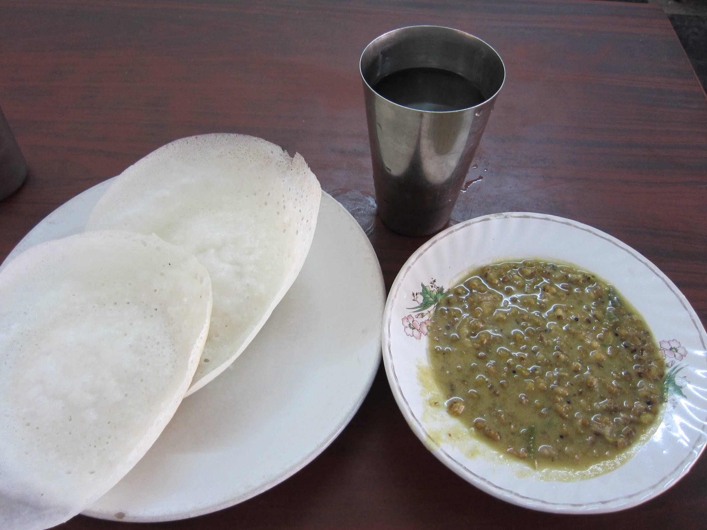 オンデンホテルの姉妹店Sharanyaのお湯、アッパム、緑豆カレー