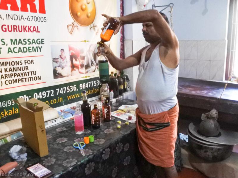 MGS Kalari Dineshan Gurukkal薬用オイルをボトルに詰めているところ