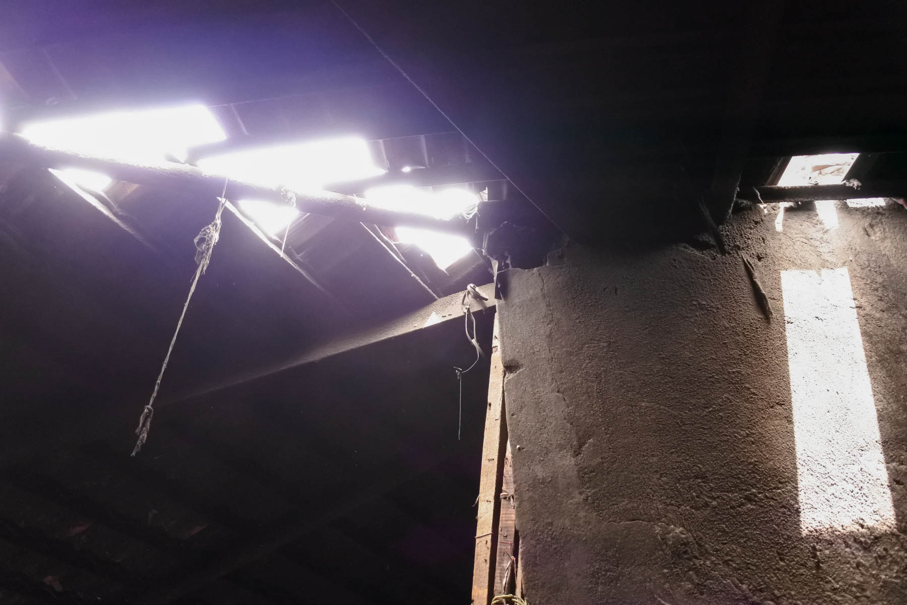 ムンバイ 巨大洗濯工場 ドービーガート 暗いとろこも所々から日が差し込みます
