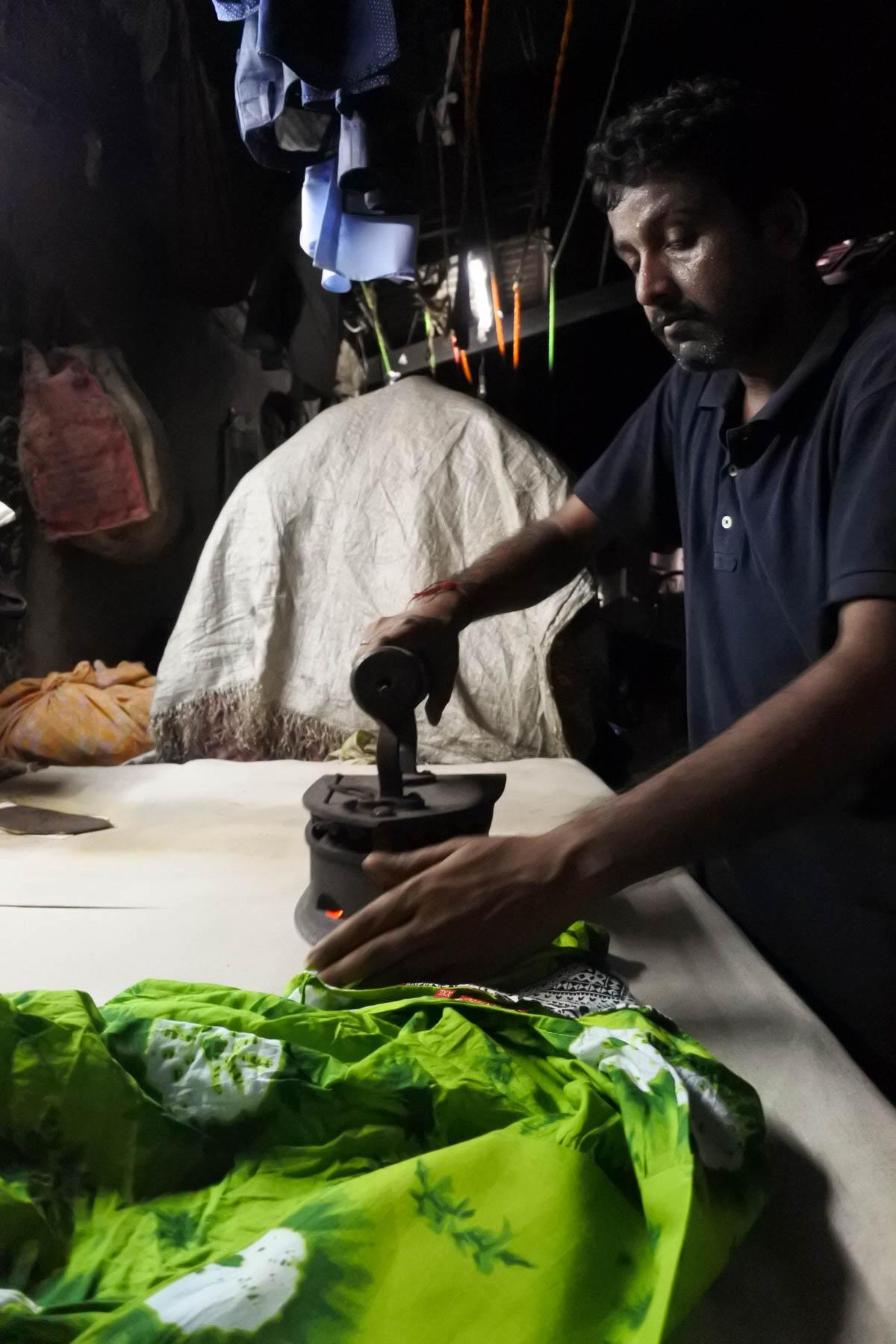 ムンバイ 巨大洗濯工場 ドービーガート 炭アイロン