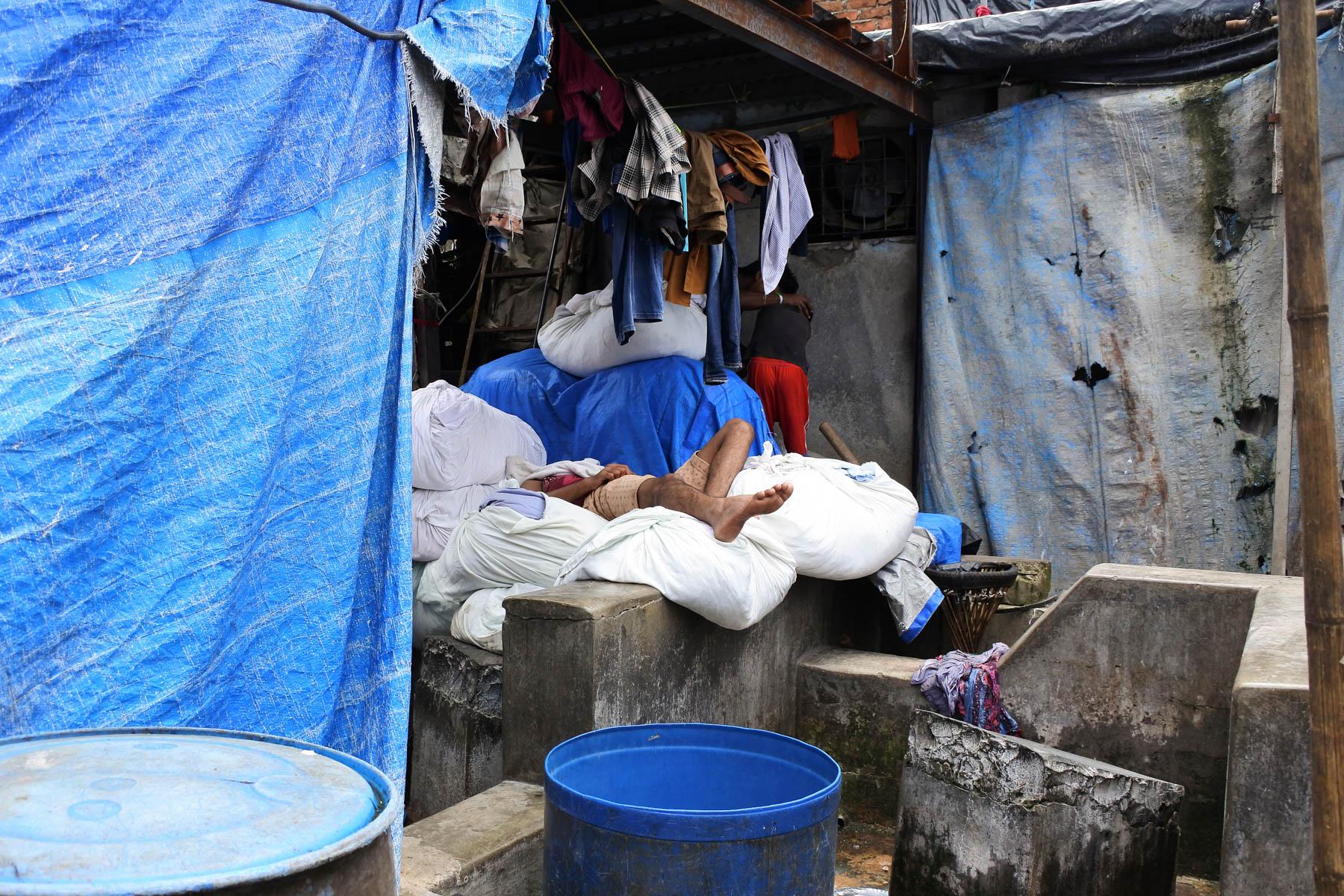 ムンバイ 巨大洗濯工場 ドービーガート 埋もれて寝ている人