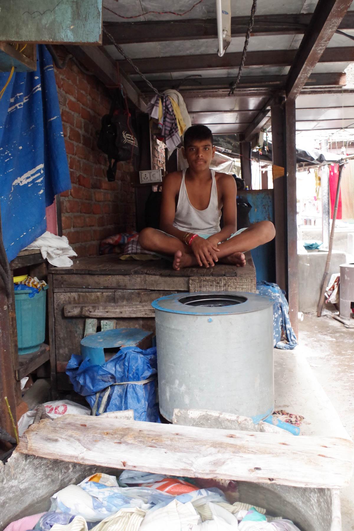 ムンバイ 巨大洗濯工場 ドービーガート 休憩する人