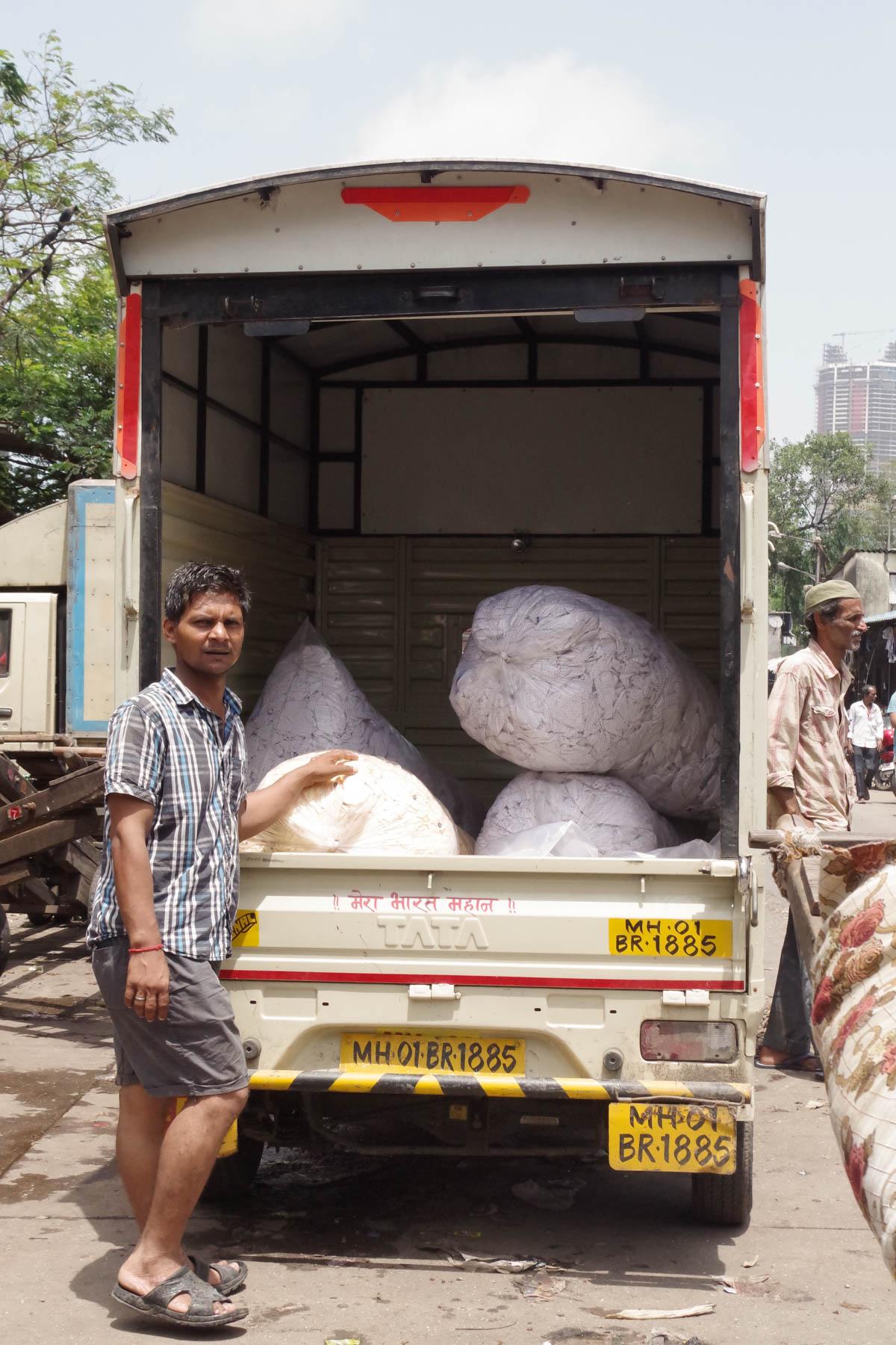 ムンバイ 巨大洗濯工場 ドービーガート 洗濯物を積んだトラック