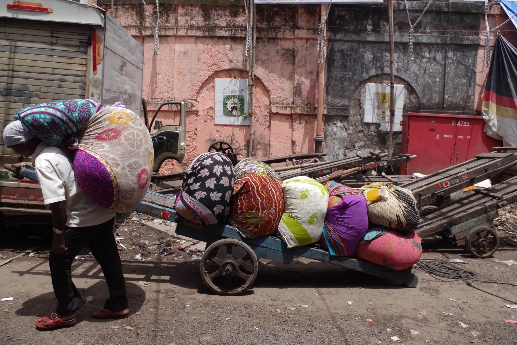 ムンバイ 巨大洗濯工場 ドービーガート 洗濯物を乗せた大八車