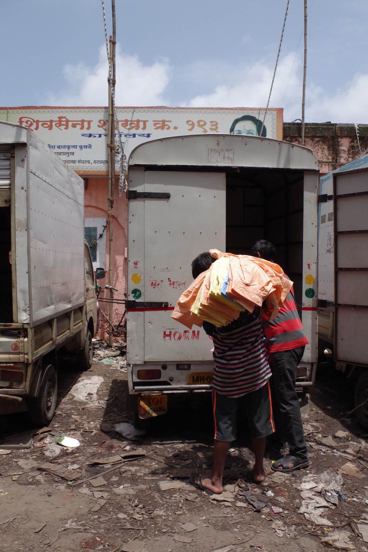 ムンバイ 巨大洗濯工場 ドービーガート 洗濯物を運ぶ人①