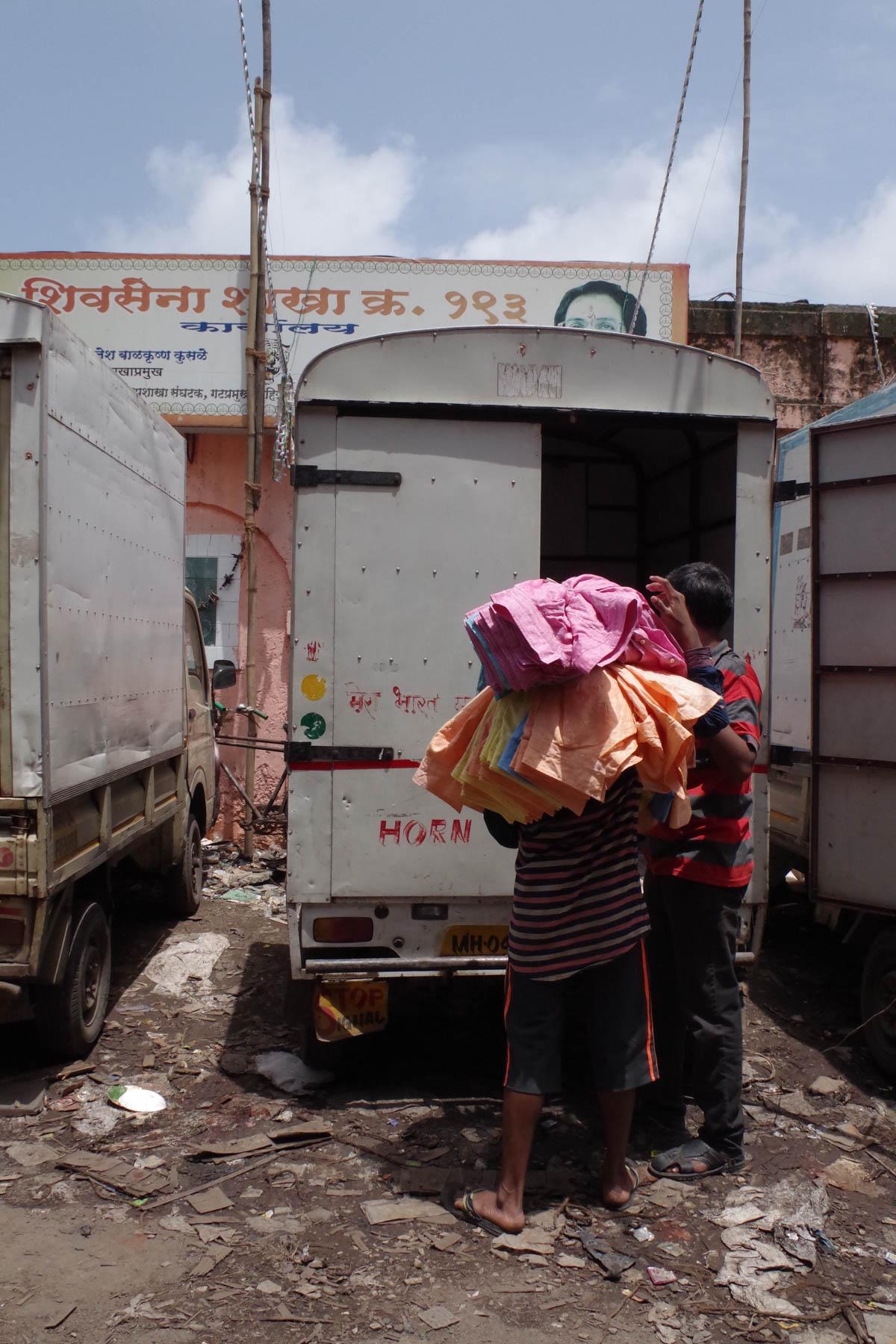 ムンバイ 巨大洗濯工場 ドービーガート 洗濯物を運ぶ人②