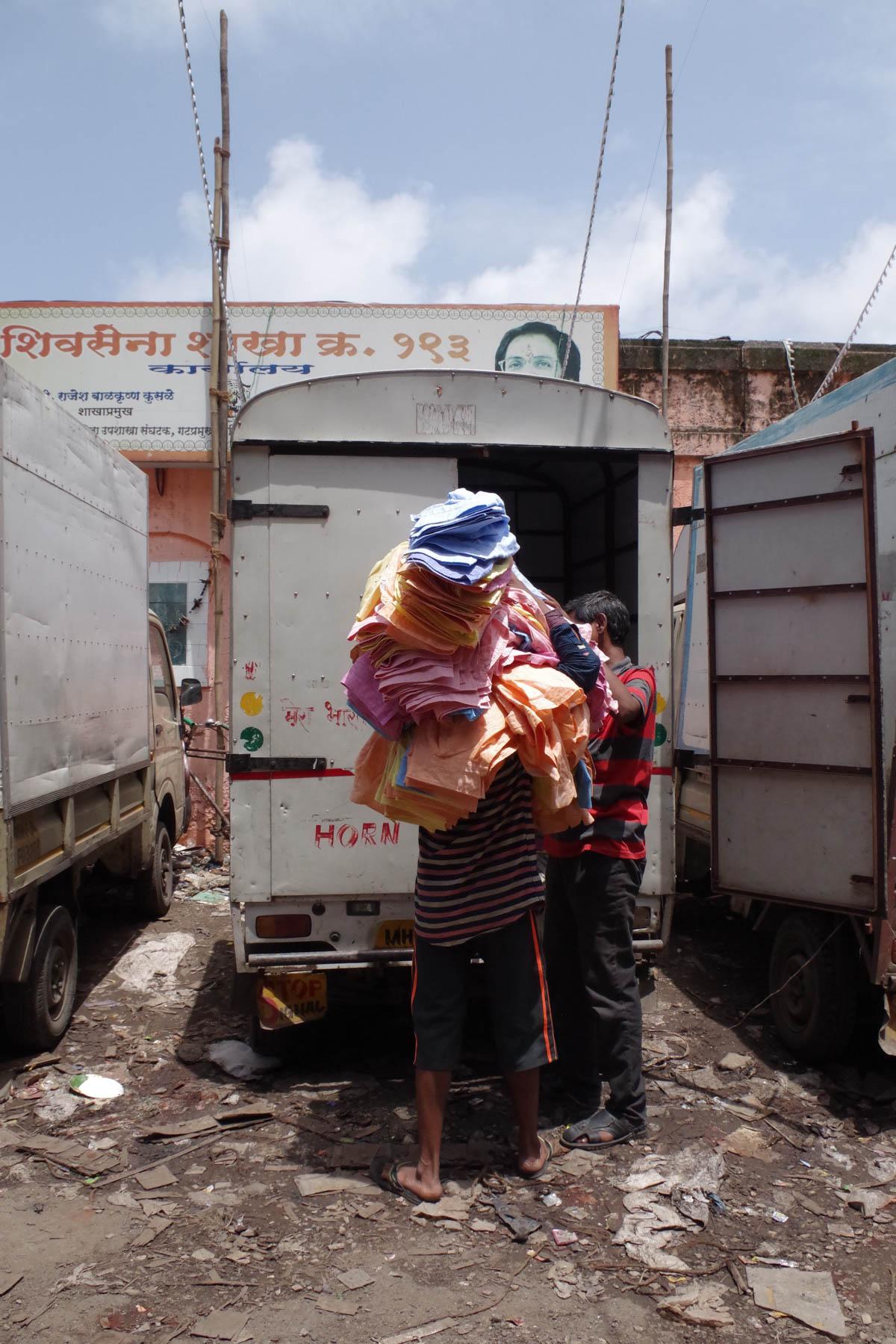 ムンバイ 巨大洗濯工場 ドービーガート 洗濯物を運ぶ人④