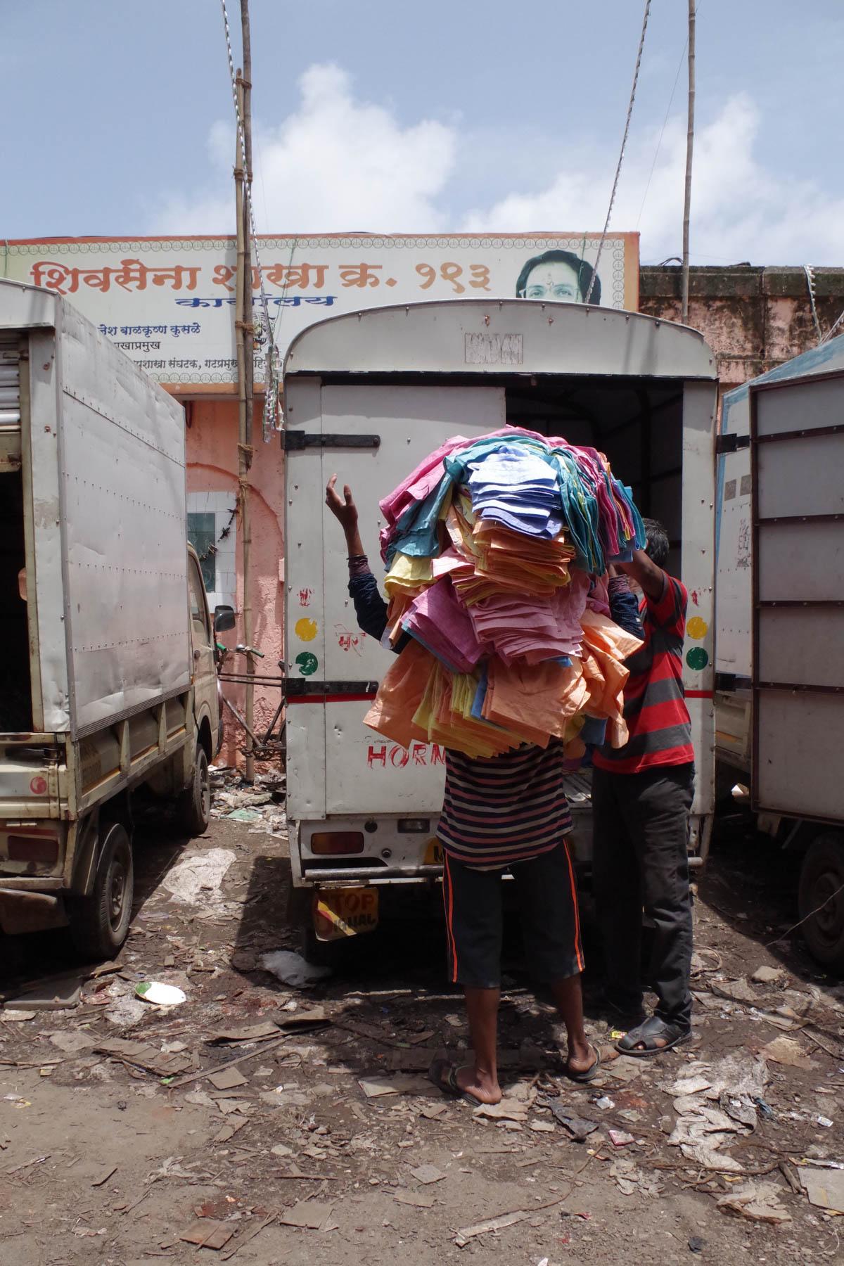 ムンバイ 巨大洗濯工場 ドービーガート 洗濯物を運ぶ人⑤