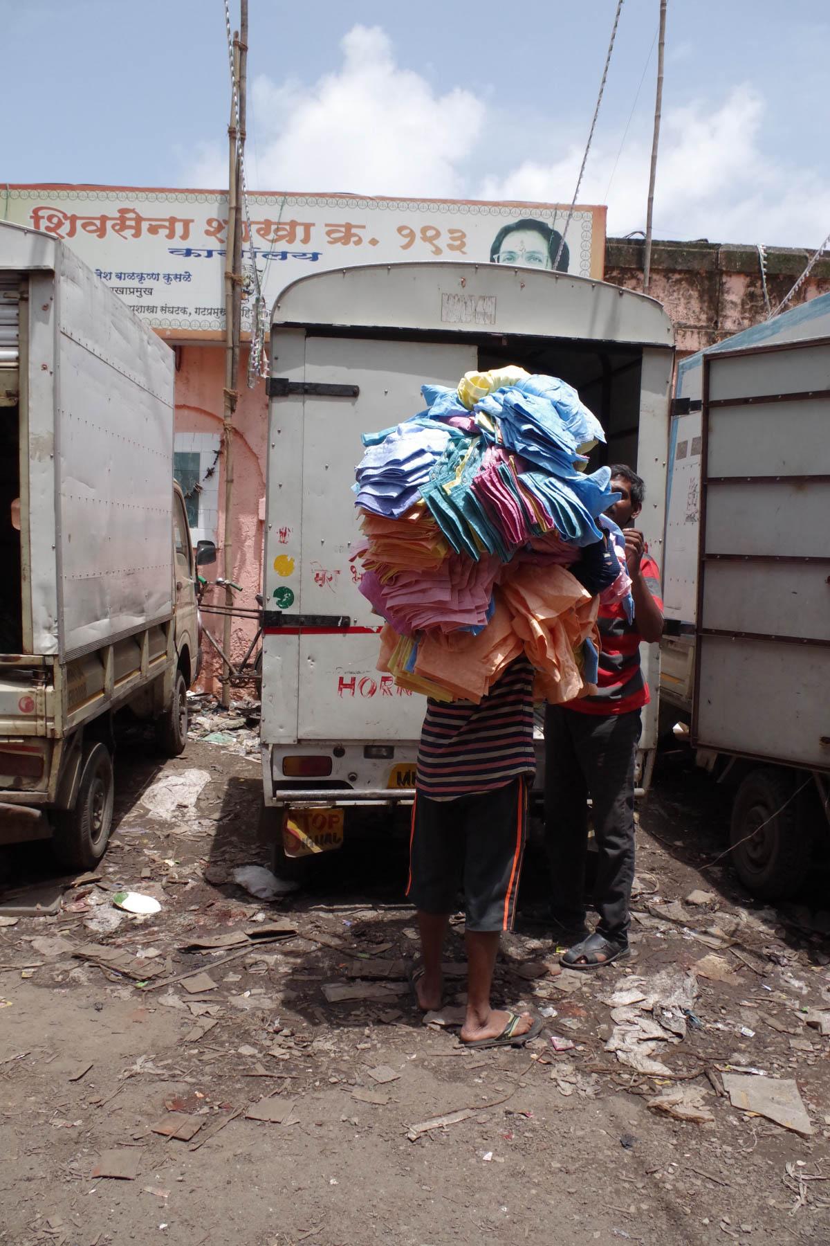 ムンバイ 巨大洗濯工場 ドービーガート 洗濯物を運ぶ人⑥