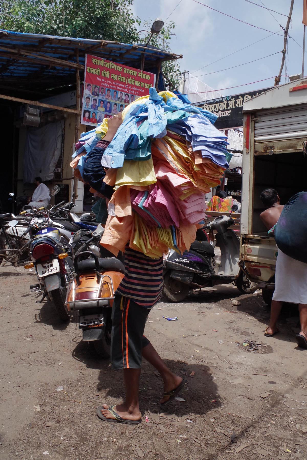 ムンバイ 巨大洗濯工場 ドービーガート 洗濯物を運ぶ人⑦
