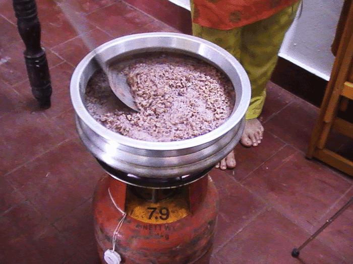 鍋でお米を煮てナヴァラキリを作っているところ