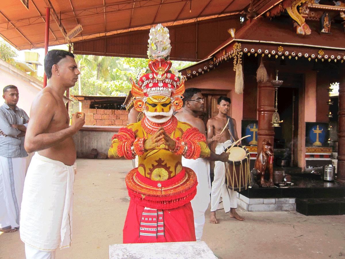 Dr AnupamaもAROUND INDIAの田村ゆみも大好きなNeeleshwarのお寺テイヤム