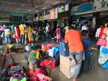 インド・ニューデリー駅で列車を待つ人々