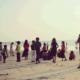 パヤンバランビーチで夕日を眺めるカヌールの人々