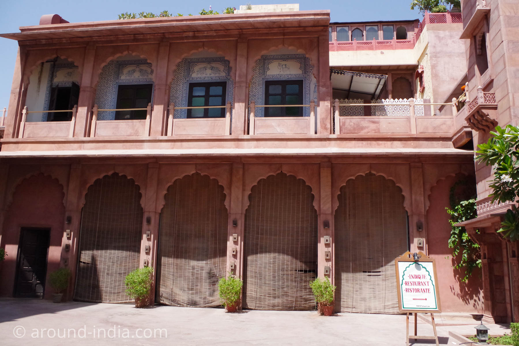 ジョードプルの邸宅レストラン Indiqueの中庭