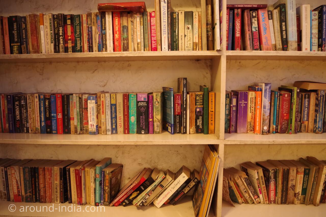 ニューデリー Ivy & Bean カフェの本棚