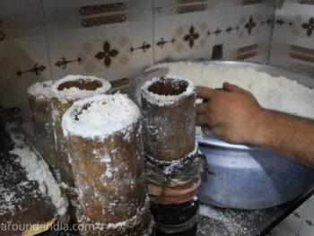 ケララ伝統料理食堂Onakkan Bharati蒸す前の竹筒プットゥー
