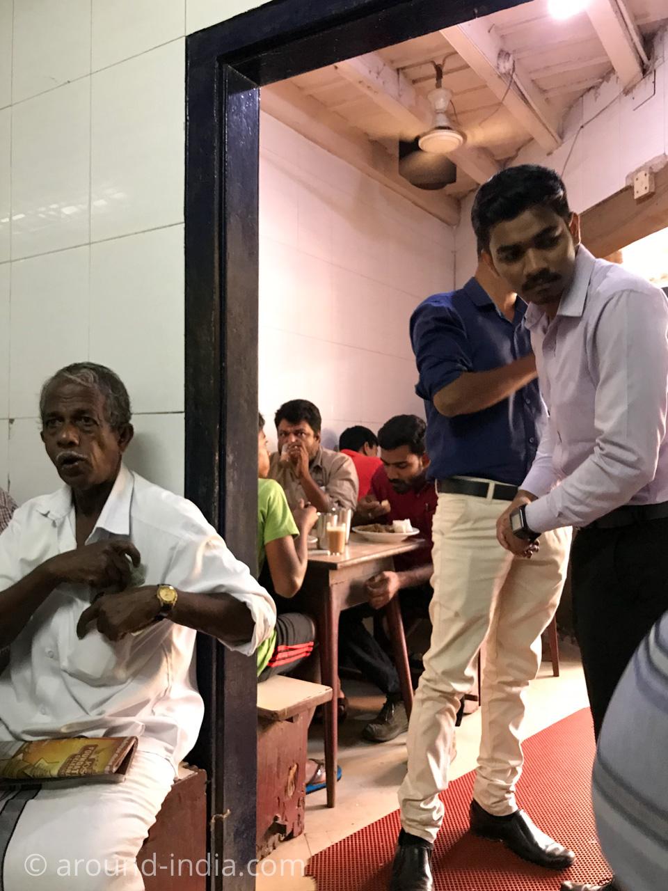 ケララ伝統料理食堂Onakkan Bharati混み合う店内