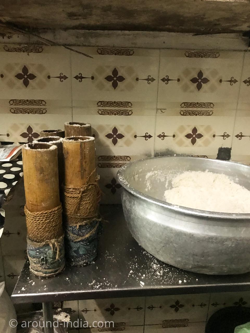ケララ伝統料理食堂Onakkan Bharati竹筒のプットゥー蒸し器と粉