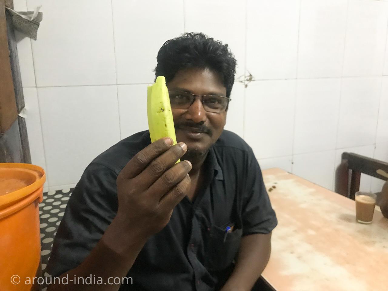 ケララ伝統料理食堂Onakkan Bharatiバナナをもつお客さん
