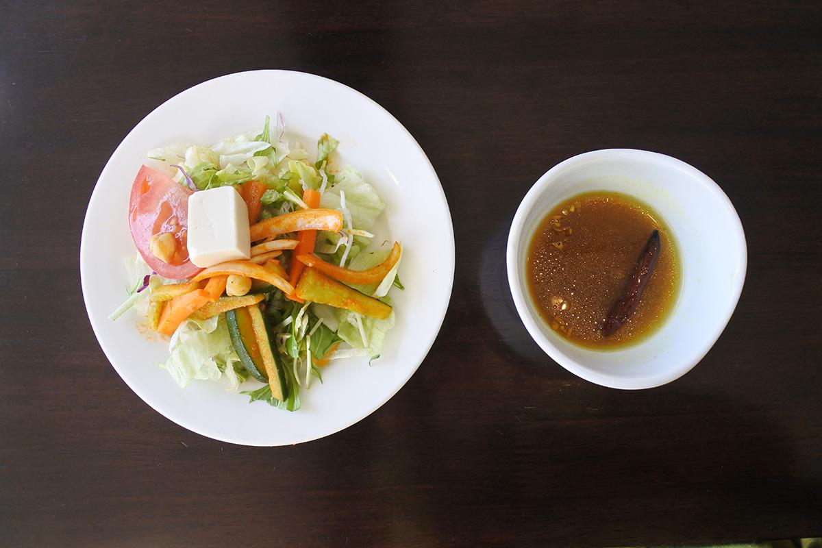 銀座カーンケバブビリヤニのサラダとラッサム