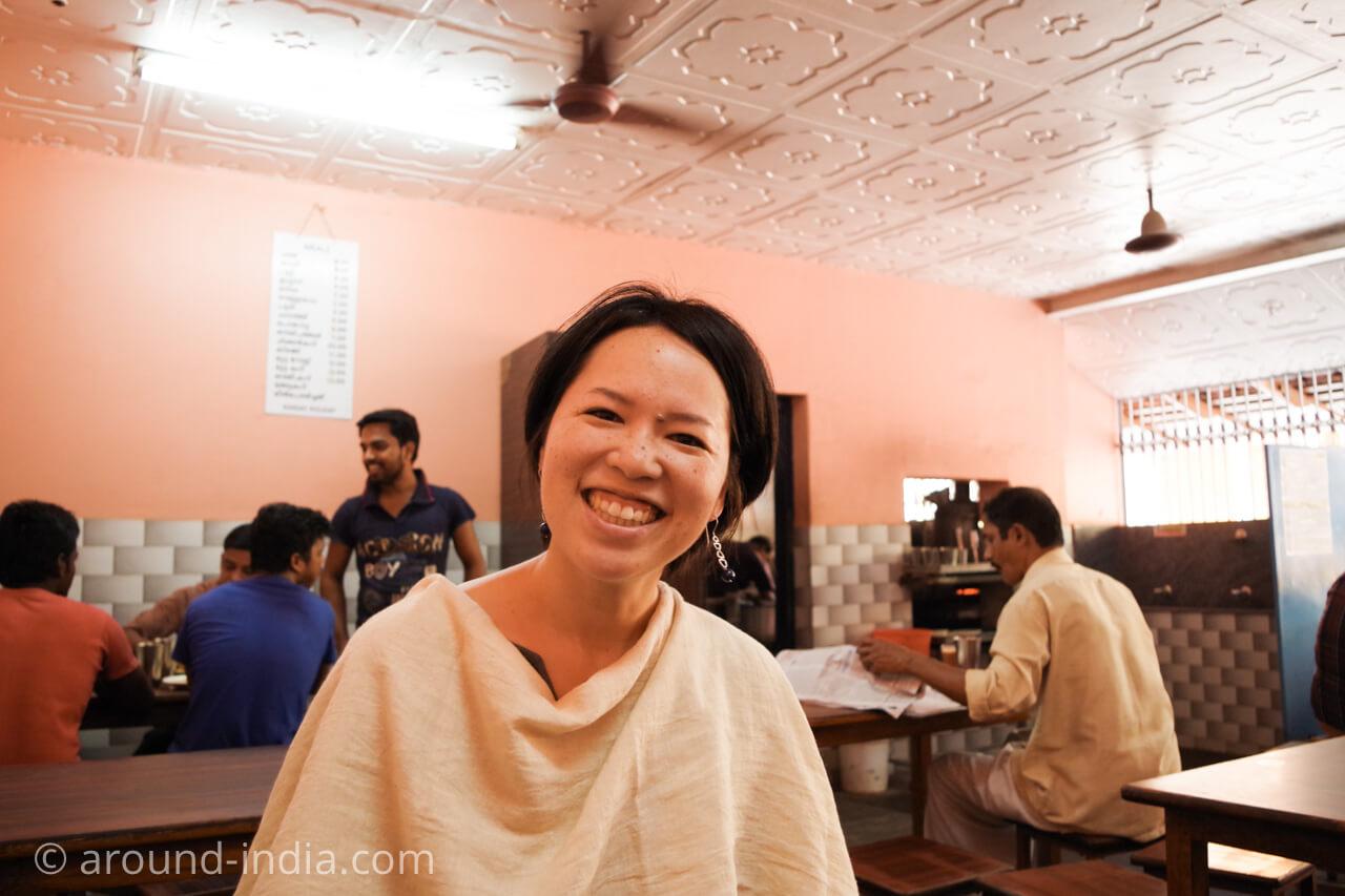 カヌールの食堂Sharanya の店内とAROUND INDIA田村