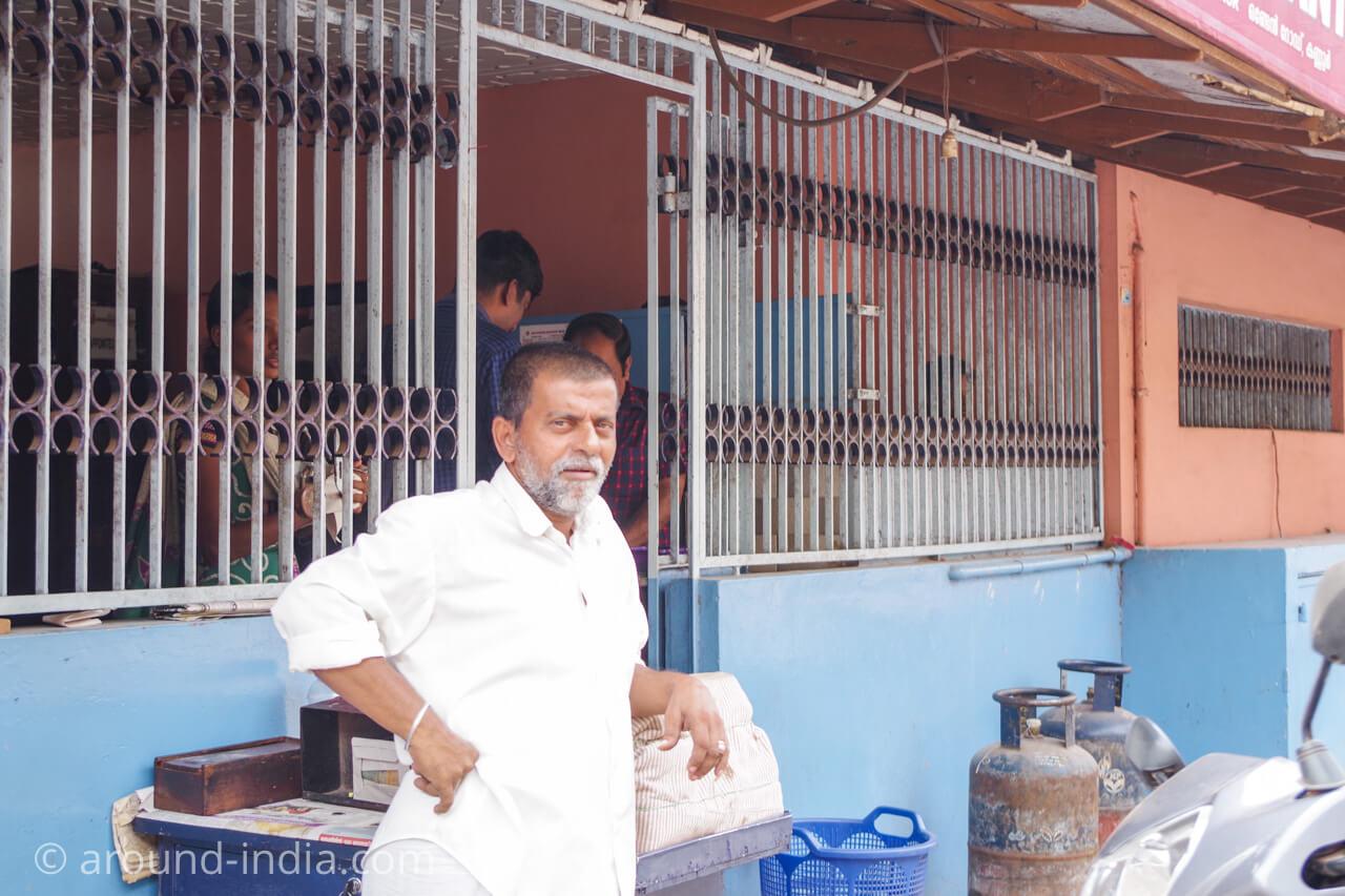 カヌールの食堂Sharanya のタバコ・おやつ売り場