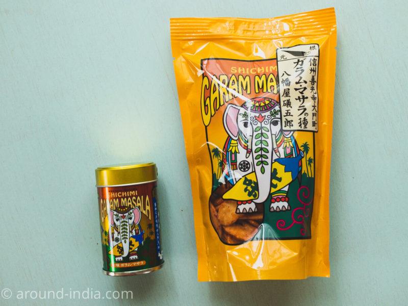 八幡屋礒五郎の七味ガラム・マサラ 缶入りと柿の種スナック