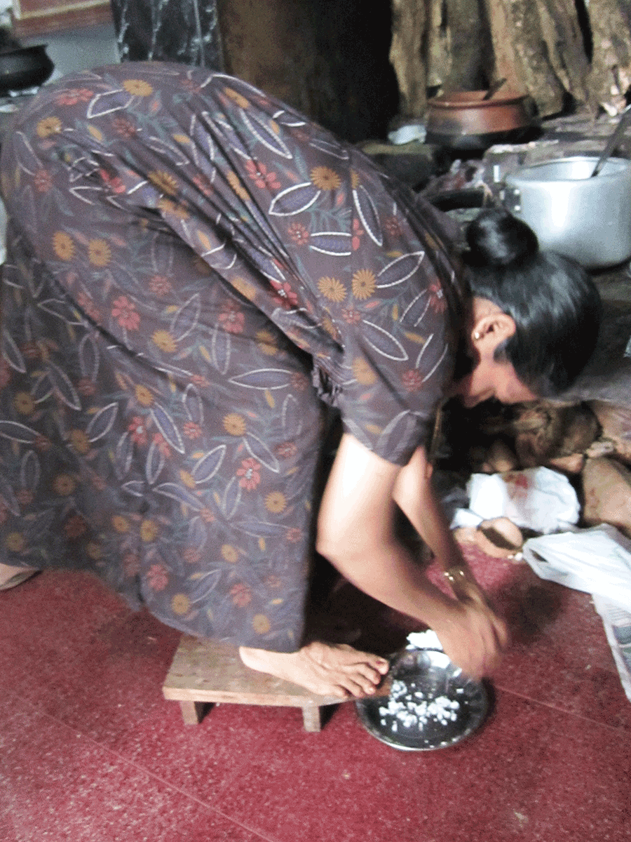 ケララで自宅用のココナッツを削るグルカルの奥様