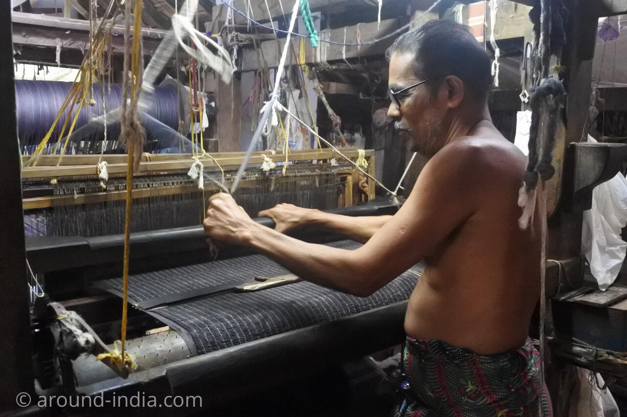 ケララの織物工房 上半身裸の職人さん